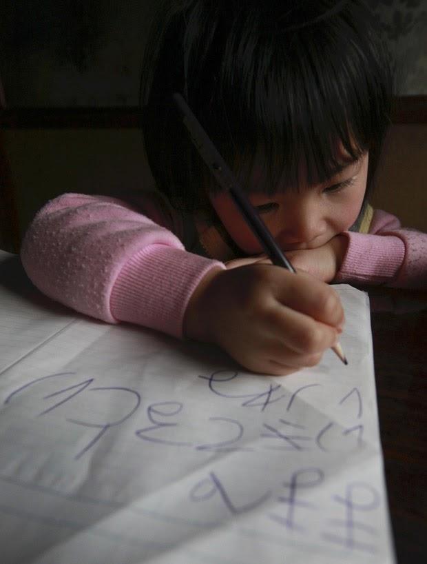 Menina de 4 anos escreve carta para mãe desaparecida após tsunami