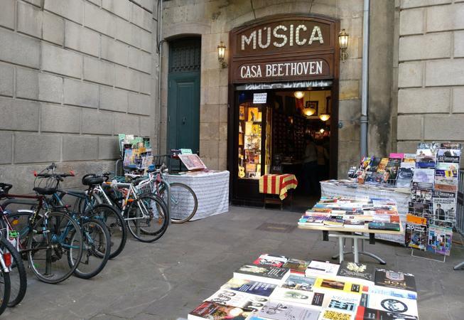 La emblemática tienda de partituras Casa Beethoven de la Rambla también celebra Sant Jordi con una selección de libros de temática musical