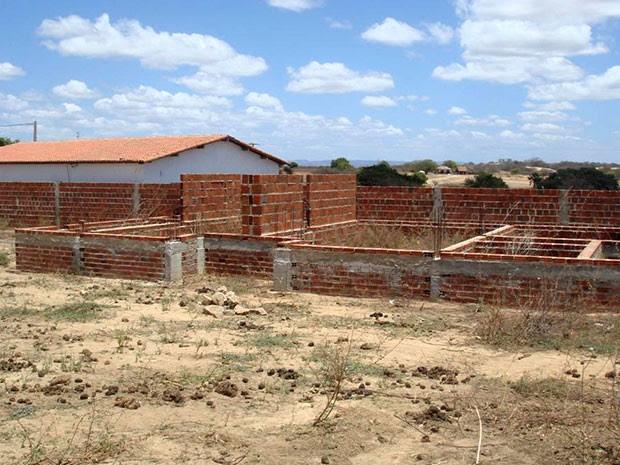 ? ?poca, obra da constru??o da creche-modelo em Patu estava inacabada (Foto: Divulga??o/PF)