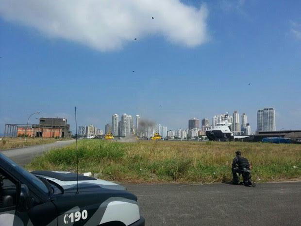 Pedaços da bomba foram vistos no ar (Foto: Solange Freitas/TV Tribuna)