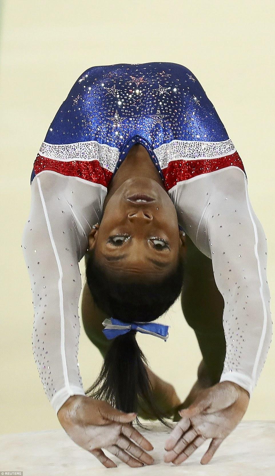Simone Biles anunciou-se como uma estrela da ginástica com quatro medalhas de ouro, incluindo em toda a volta das mulheres