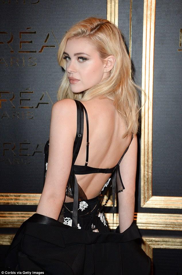 Racy: The 21-year-old atriz e modelo colocar em uma tela atrevido em um vestido completamente pura com aspersão de apliques de flores