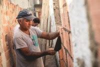 Projeto cristão reforma casas em comunidades carentes e apresenta o Evangelho aos moradores