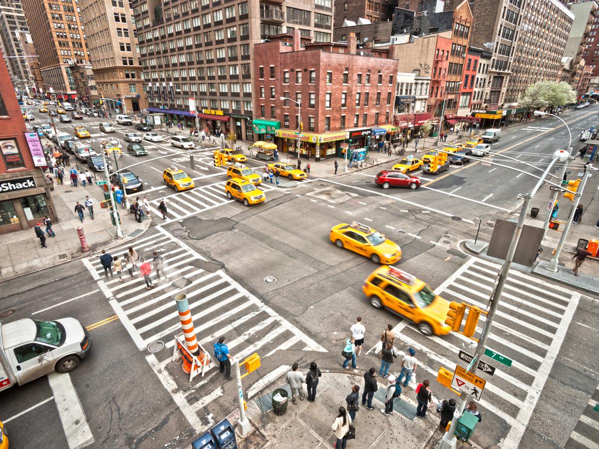 Esta é a cidade de Nova York, a cidade mais densa dos EUA.  Uma milha quadrada contém mais de 27.000 pessoas.  Claustrofóbico, como pode parecer, ele mal empilha contra as cidades mais lotadas do mundo.