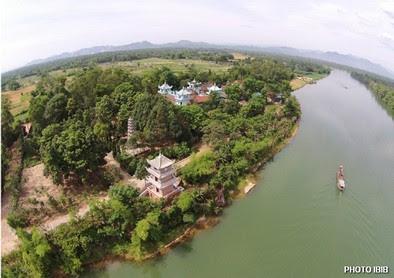 Tu viện Long Quang ở Huế, trụ sở Viện Hoá Đạo, nằm cạnh sông Bồ, tục danh Trăng Lu, nhánh sông từ Trường Sơn chảy về - Hinh PTTPGQT