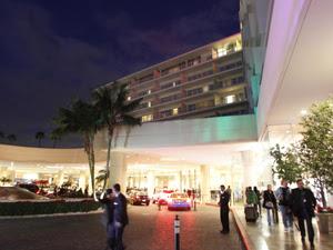 Fachada do Hotel Beverly Hilton após a cantora Whitney Houston ser encontrada morta no edifício neste sábado (11) (Foto: Reuters)