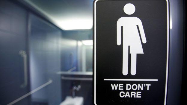 Sinal de protesto contra lei que limita acesso de transgêneros a banheiros de escolas na Carolina do Norte