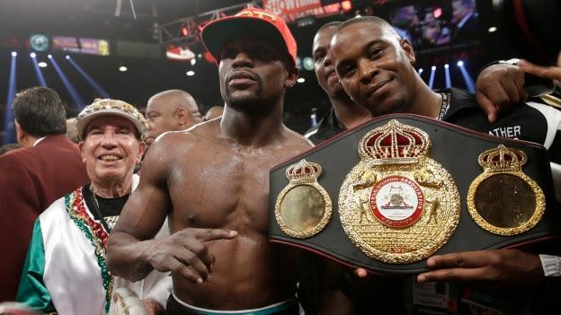 Floyd Mayweather mantuvo su invicto de peleas profesionales. (AP)