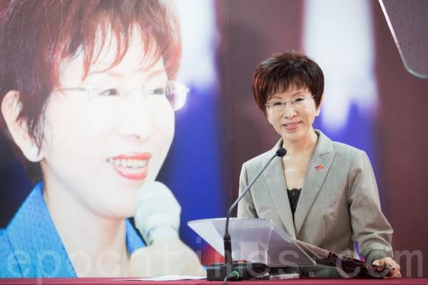 中国国民党主席补选26日投开票,候选人洪秀柱(左)以过半得票数当选党主席,成为国民党史上首位女性党主席。(陈柏州/大纪元)