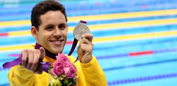 Thiago Pereira exibe a medalha de prata conquistada nos 400 m medley, nos Jogos Olímpicos de Londres