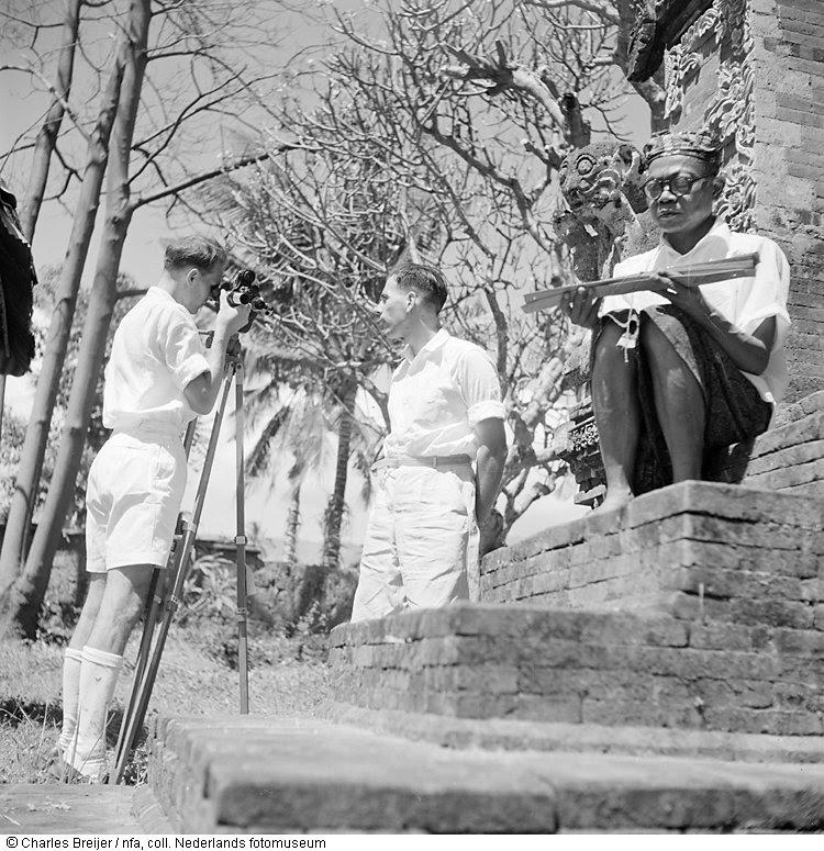 Pim Ingelse regisseert met Charles Breijer als cameraman een film van een Balinees, die in een tempelomgeving zit te citeren uit een langwerpig boek van palmbladeren, Indonesië (1947)