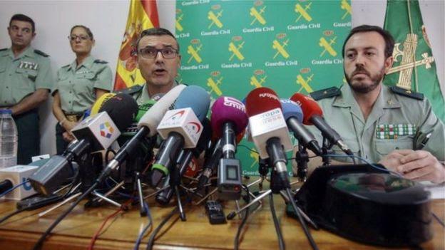 Polícia da Espanha durante entrevista sobre o caso