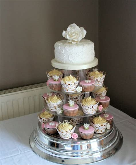 Vintage Cupcakes Vintage wedding cupcakes with a top tier