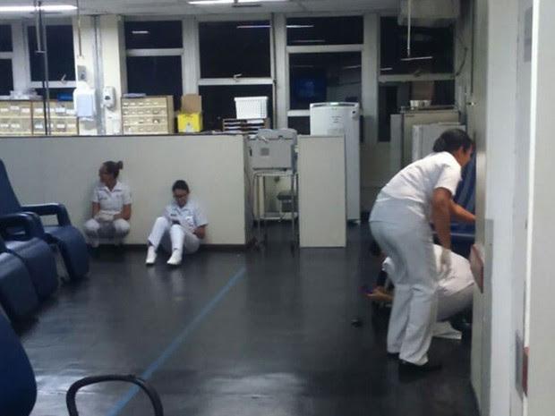 Funcionários do Hospital Marcílio Dias tentam se proteger dos tiros (Foto: Enviado por WhatsApp)
