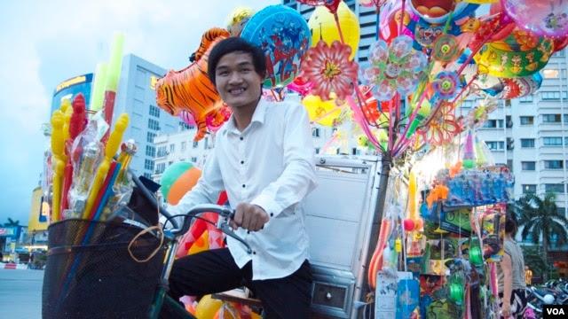Anh Phạm Minh Dap, 24 tuổi, dùng tiền kiếm được từ việc bán bóng và đồ chơi dạo để mở một ngôi trường ngoại ngữ miễn phí cho học sinh, sinh viên nghèo ở Hà Nội, Việt Nam. (Marianne Brown/VOA)
