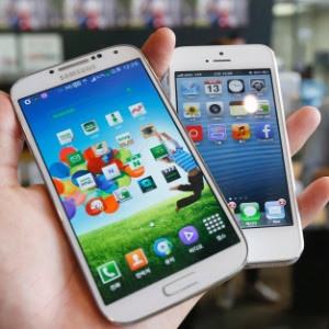 Samsung Galaxy S4 e iPhone 5 são vistos em loja de eletrônicos em Seul, na Coreia do Sul