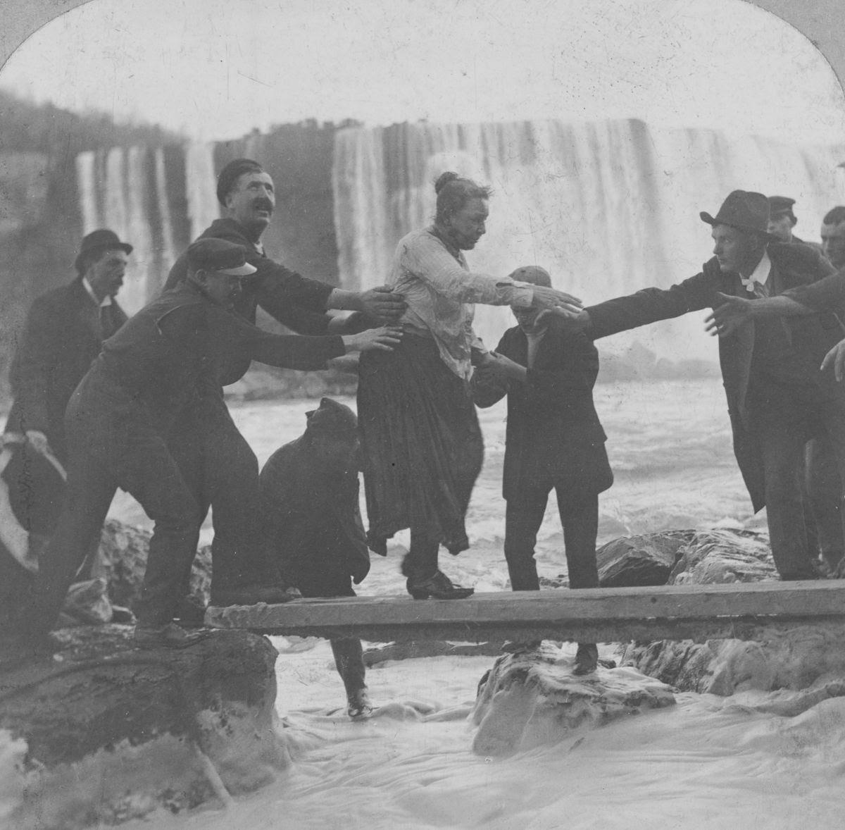 A primeira pessoa a descer as Catarastas do Niagara de barril foi uma professora de 63 anos