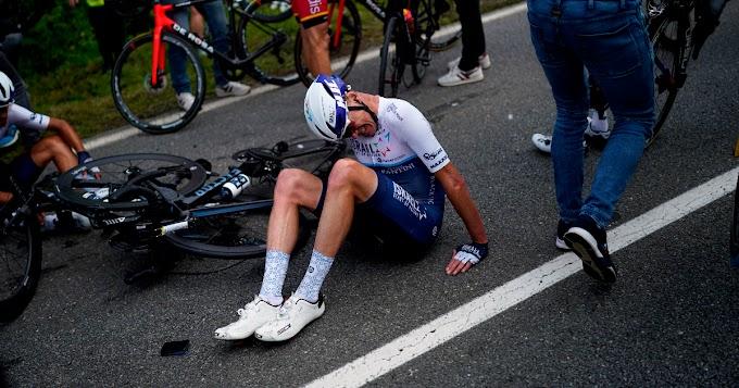 """Tour de France, tifosa a bordo strada con un cartello provoca una carambola di massa: si """"salvano"""" solo in 30. A terra Colbrelli e Sagan - Il Fatto Quotidiano"""