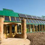 ECOESCUELA. Tiene 270 metros cuadrados y  recibe energía mediante paneles fotovoltaicos y molinos de viento.