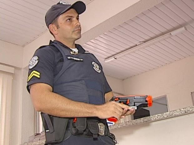 Guardas receberam arma de choque para atuar na rua (Foto: Reprodução/ TV TEM)