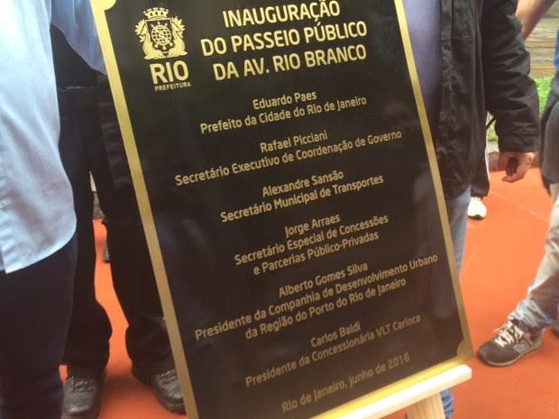 Placa de inauguração do VLT no Centro do Rio (Foto: Alba Valéria Mendonça/G1)
