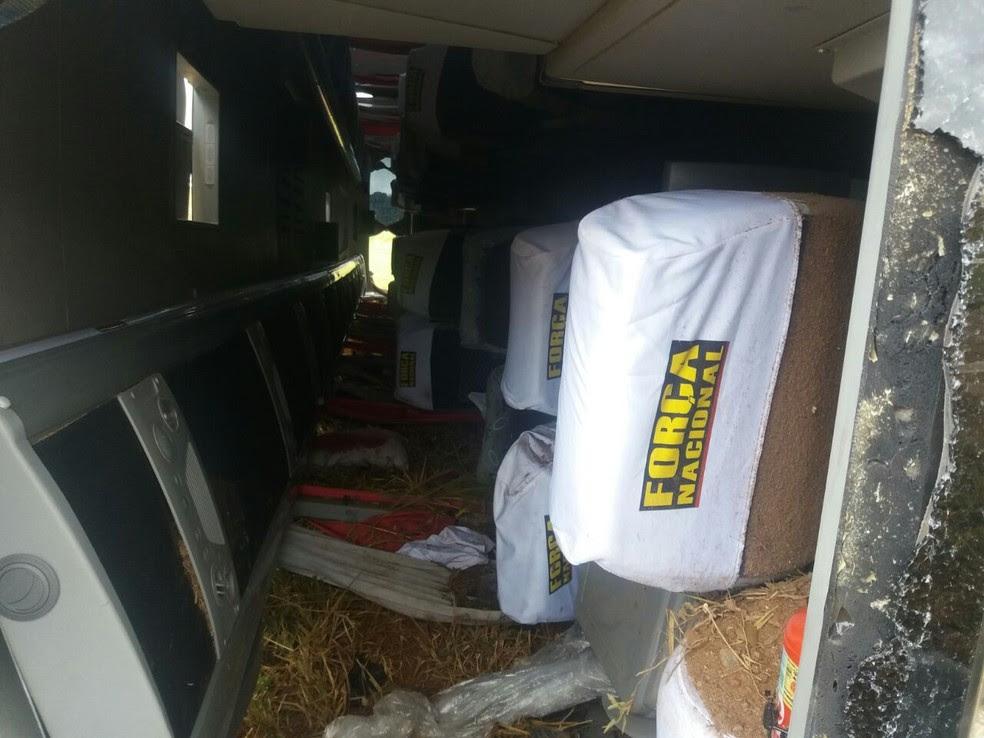 Ônibus da Força Nacional ficou tombado no canteiro central (Foto: Augusto Medeiros/G1)