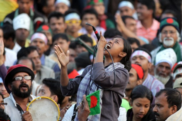 Dhaka, Bangladesh. 18th February 2013 -- A woman shouts on a microphone. -- A demonstration for the death penalty to be given to war criminals, is continuing at Shahbag crossroads, and has reached its fourteenth day,.