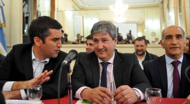 El ministro de Infraestructura bonaerense, Roberto Gigante, en una reciente exposición en la Legislatura provincial, junto a Manuel Mosca y Daniel Salvador.