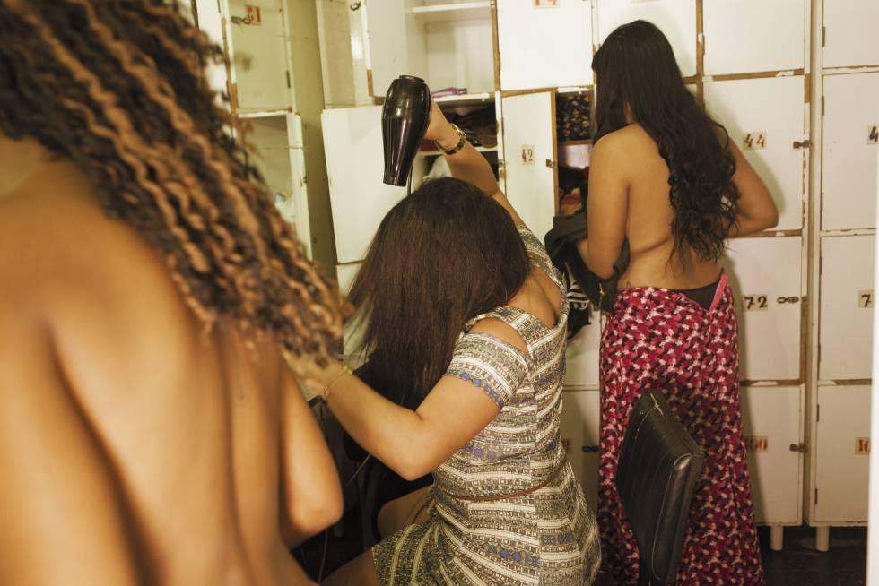 Femmes se prostituent dans une boîte de nuit dans le centre de Rio de Janeiro.