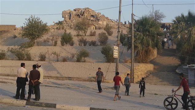 Des passants regardent les ruines de la Mosquée du prophète Jonas, à Mossoul. (archives)