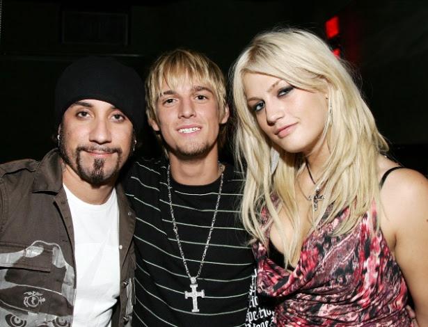 Leslie Carter (à direita) posa ao lado do irmão Aaron Carter e do Backstreet Boy AJ (16/08/06)