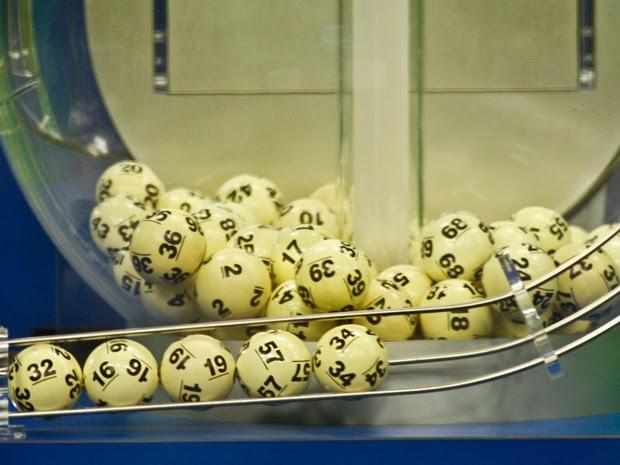 Números sorteados da loteria norte-americana são mostrados  (Foto: Philip Sears/Reuters)