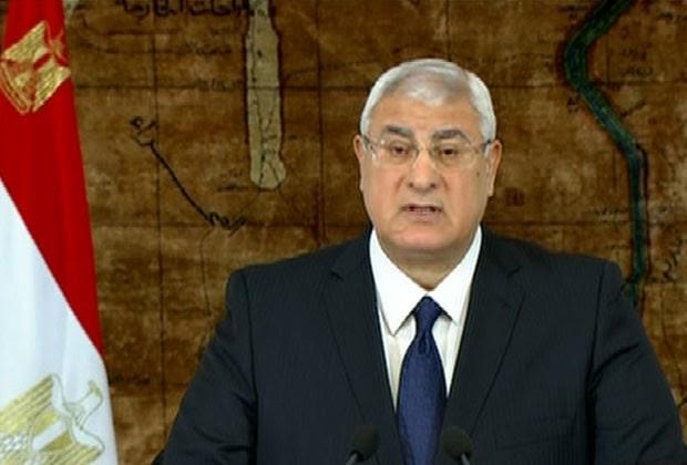 O presidente interino do Egito, Adly Mansour, faz anúncio na TV neste domingo (26)  (Foto: Egyptian State Television/AP)