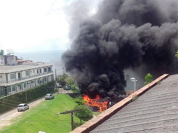 Ônibus pega fogo na Avenida Contorno, em Salvador (Foto: Arquivo Pessoal)