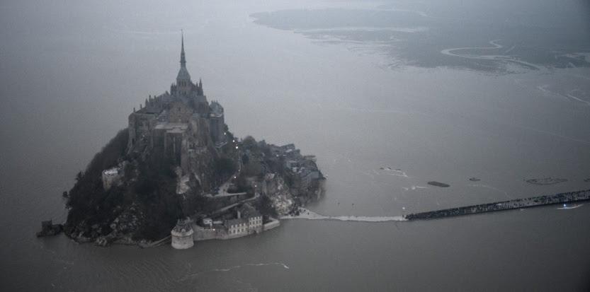 Le Mont-Saint-Michel photographié le 21 mars 2015. (DAMIEN MEYER / AFP)