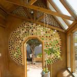 ECOESCUELA. Se utilizaron 5.000 botellas de vidrio y 2.000 metros cuadrados de cartón, entre otros materiales.