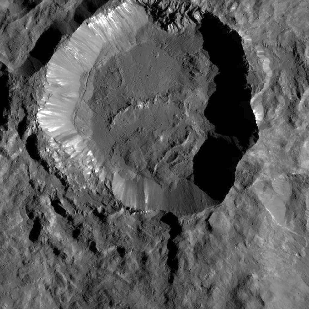 Esta imagen de la nave espacial Dawn de la NASA muestra el Cráter Kupalo, uno de los cráteres más jóvenes de Ceres
