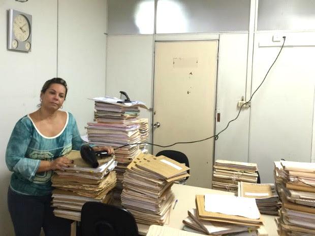 Juíza organizou mutirão para ajudar a secar processos; até secador de cabelo foi utilizado na ação (Foto: Soraya Brasileiro/Arquivo Pessoal)