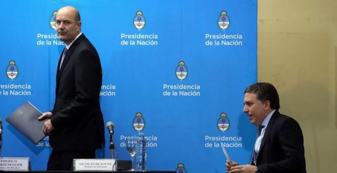 El presidente del Banco Central (izquierda) y el ministro de Hacienda, Nicolás Dujovne, (derecha) llegan a la conferencia de prensa en la que presentaron el acuerdo con el FMI. (MARCOS BRINDICCI | REUTERS)