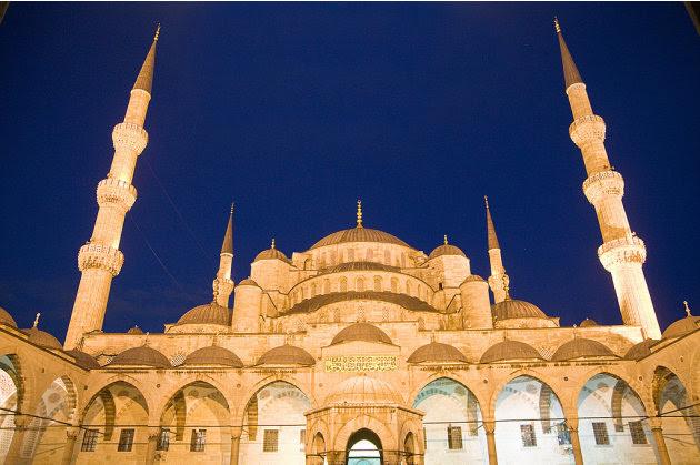 Sultanahmet Camii, juga dikenali sebagai Blue Mosque, di antara masjid yang paling mashyur di Turki. Pembinaannya mengambil masa tujuh tahun, dari 1609 hingga 1616. Seni bina masjid ini dipengaruhi un