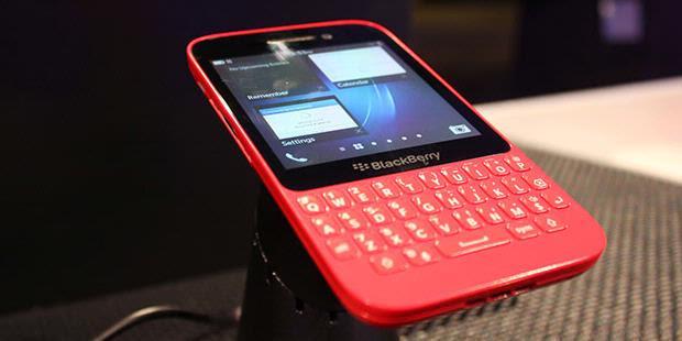 "Mencoba BlackBerry ""Q5"""