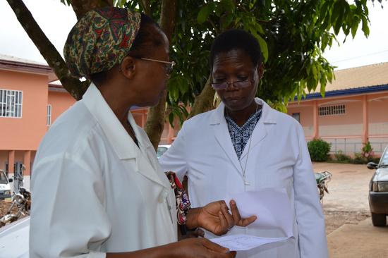 MarieClaire, junto a otra de las enfermeras, consultando anlálisis. (9)