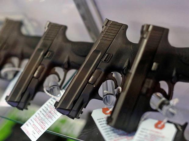 Pistolas à venda em loja no Missouri. Obama quer reduzir e dificultar comercialização de armas no país (Foto: Jim Young / Arquivo / Reuters)