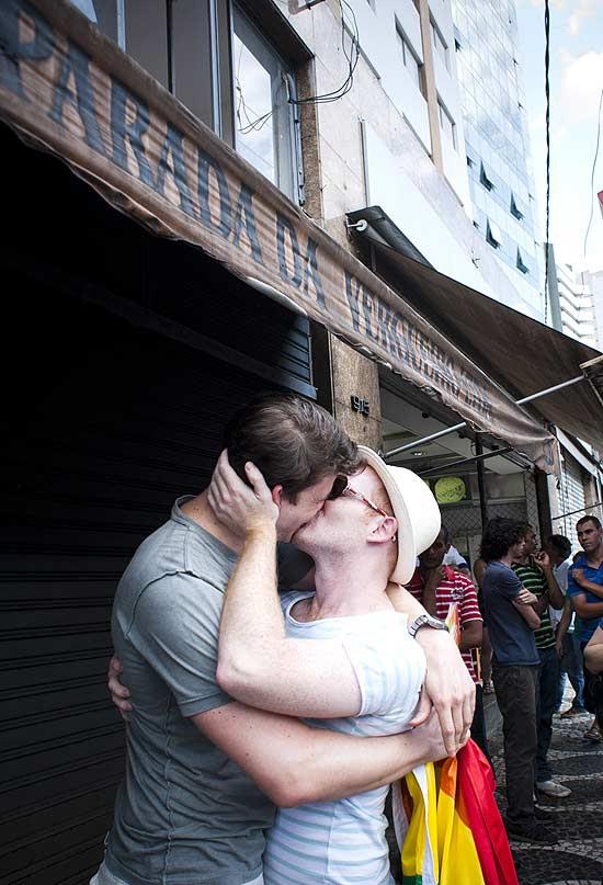 Otavio Matias (de chapéu), 26, e Luis Arruda, 34, participam de protesto realizado na tarde deste sábado em São Paulo