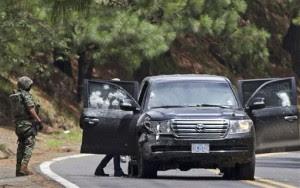 En esta fotografía del 24 de agosto de 2012, personal militar de México revisa una camioneta en la que dos empleados del gobierno estadounidense y un oficial mexicano fueron atacados a tiros en una autopista que lleva a la ciudad de Cuernavaca. El viernes 9 de noviembre, las autoridades mexicanas acusaron de intento de homicidio a 14 agentes federales que supuestamente realizaron ese ataque (AP Foto/Alexandre Meneghini, archivo)
