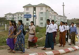 Habitantes de la nueva capital birmana pasean por uno de sus barrios. (Foto: EFE)