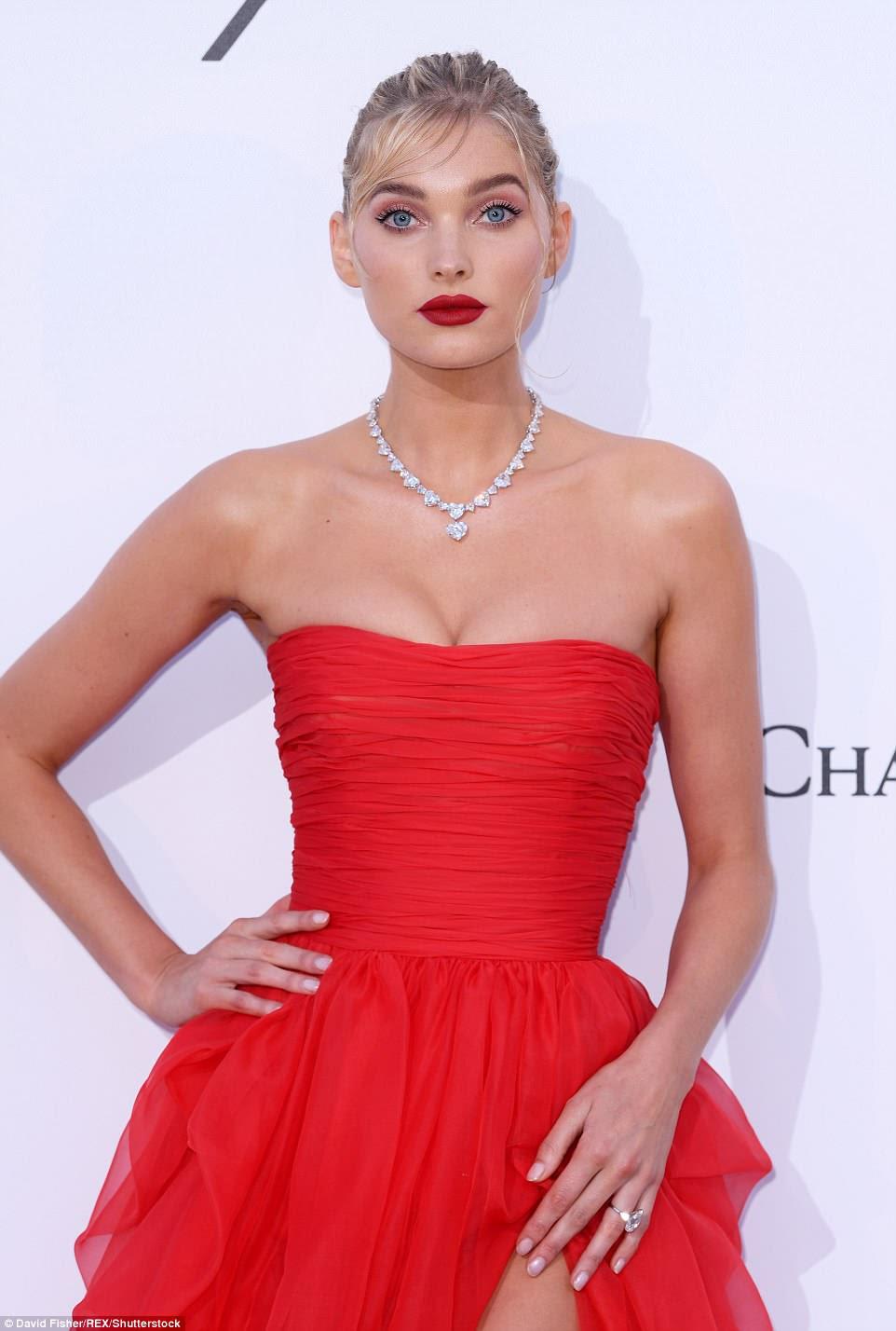 Lindo: como o resto das modelos, Elsa usou um colar de prata glamourosa e garantiu que suas madeixas loiras fossem amarradas em um coque, complementando seus lábios vermelhos profundos.