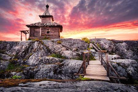 Iglesia de madera vieja en la isla con el puente bajo el cielo dramático Foto de archivo - 62957615