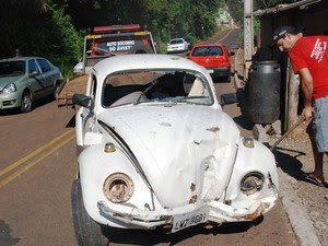 Quatro pessoas estavam no fusca e ficaram feridas  (Foto: Ederluiz.com/Divulgação)