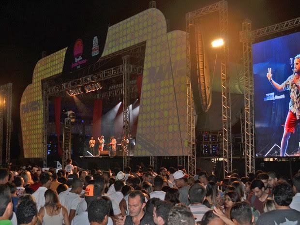 Cantor Ramon Schnayder esquentou o público que esperava pelo show pirotécnico tradicional da festa de Réveillon de João Pessoa (Foto: Frederico Martins/G1)